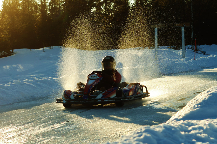 Ice-karting-splashing-900x600